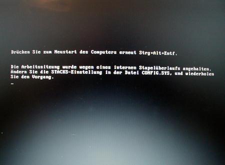 Drücken Sie zum Neustart des Computers erneut Strg+Alt+Entf. Die Arbeitssitzung wurde wegen eines internen Stapelüberlaufs angehalten. Ändern Sie die STACKS-Einstellung in der Datei CONFIG.SYS, und wiederholen Sie den Vorgang