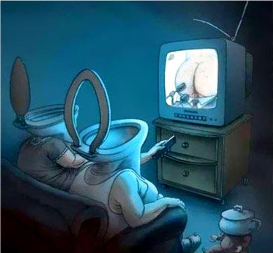 Zwei menschen, der kopf eine kloschüssel, sitzen vorm fernseher und betrachten einen arsch