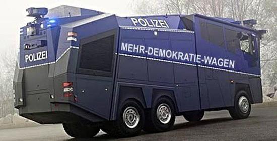 Gepanzerter wasserwerfer-wagen der polizei mit einmontiertem aufdruck: mehr-demokratie-wagen
