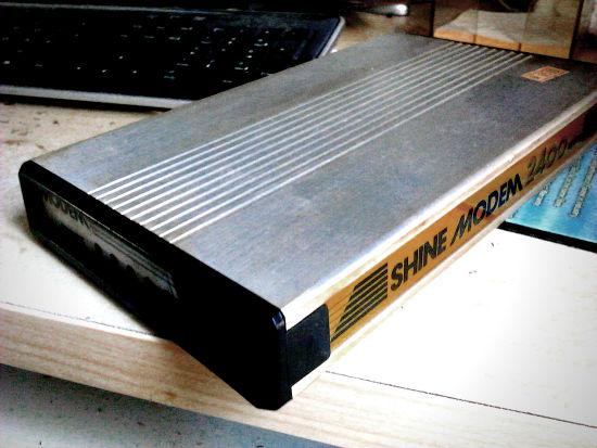 Ein 2400-Baud-Modem, vermutlich aus den späten Achtziger Jahren oder frühen Neunzigern