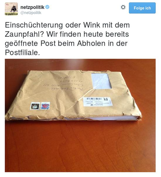 Tweet von @netzpolitik: 'Einschüchterung oder Wink mit dem Zaunpfahl? Wir finden heute bereits geöffnete Post beim Abholen in der Postfiliale.' Dazu ein Foto eines geöffneten großen Briefes.