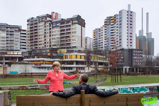 Ein bekanntes Bild von Angela Merkel und Barack Obama auf einer Bank -- aber in den Hintergrund ist das Ihmezentrum montiert