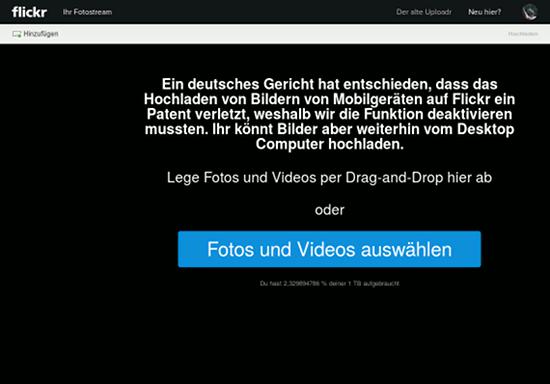 Screenshot Flickr. Uploadmaske. Mit dem Hinweistext 'Ein deutsches Gericht hat entschieden, dass das Hochladen von Bildern von Mobilgeräten auf Flickr ein Patent verletzt, weshalb wir die Funktion deaktivieren mussten. Ihr könnt Bilder aber weiterhin vom Desktop Computer hochladen'.