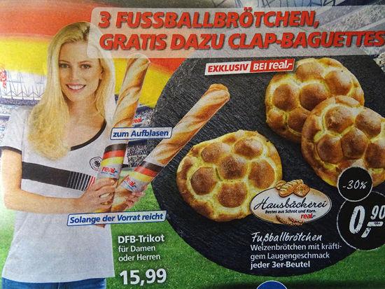 Werbung von real: 3 Fußballbrötchen, gratis dazu Clap-Baguettes zum Aufblasen, solange der Vorrat reicht
