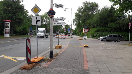 Unfassbar dumme und gefährliche Verkehrsleitung um eine Baustelle mit Autos, die Vorfahrt haben und über einen Radweg fahren. Ort: Hannover-Kirchrode