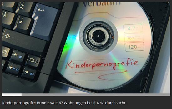 Foto eines klappkompjuters, aus dem eine DVD mit der aufschrift 'kinderpornografie' entnommen wird