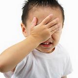 Foto eines Kindes beim Facepalm