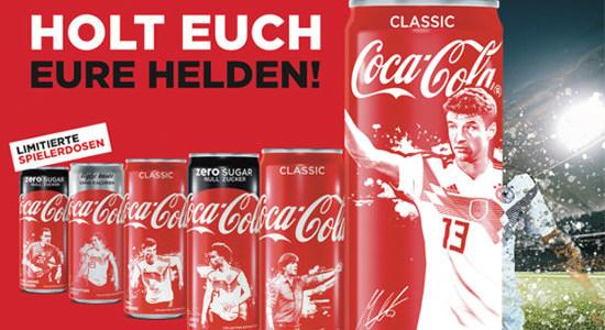 Coca-cola-reklame aus dem jahr 2018: HOLT EUCH EURE HELDEN -- LIMITIERTE SPIELERDOSEN -- mit auf die sosen gestempelten spielern der DFB-auswahl