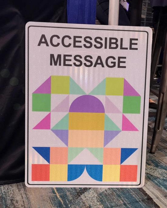 Unbeschreibliches beispiel für ein maschinenlesbares verkehrszeichen aus bunten, geometrischen mustern