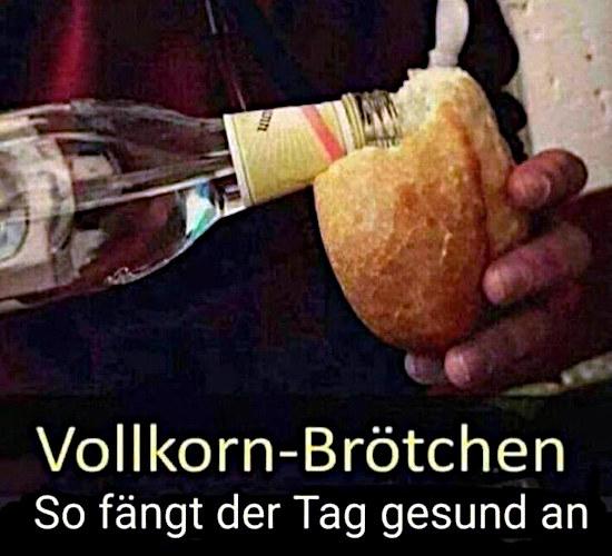 Foto: Jemand gießt korn aus einer flasche in ein brötchen. Darunter der text: Vollkorn-Brötchen. So fängt der Tag gesund an.
