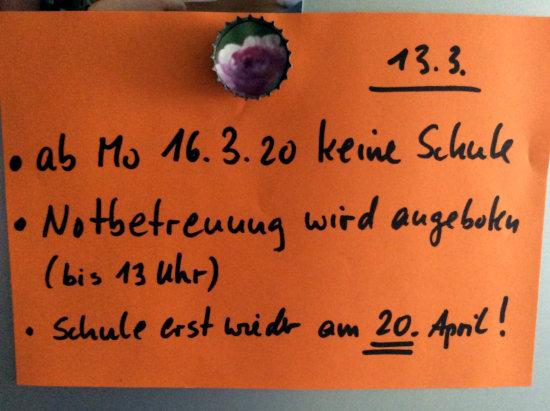 Aushang in einer schule in der BRD: '13.3. -- ab Mo 16.3.20 keine Schule -- Notfallbetreuung wird angeboten (bis 13 Uhr) -- Schule erst wieder am 20. April'.