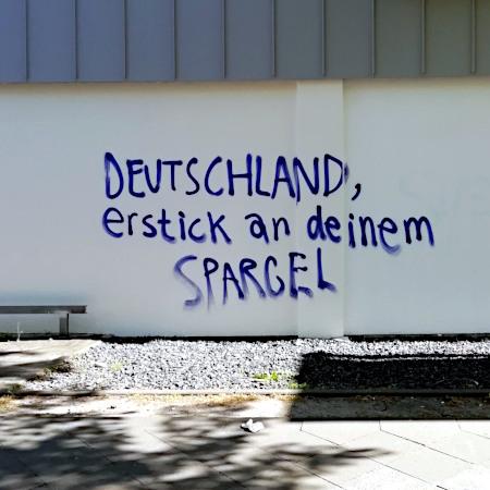 Graffito: Deutschland, erstick an deinem Spargel!