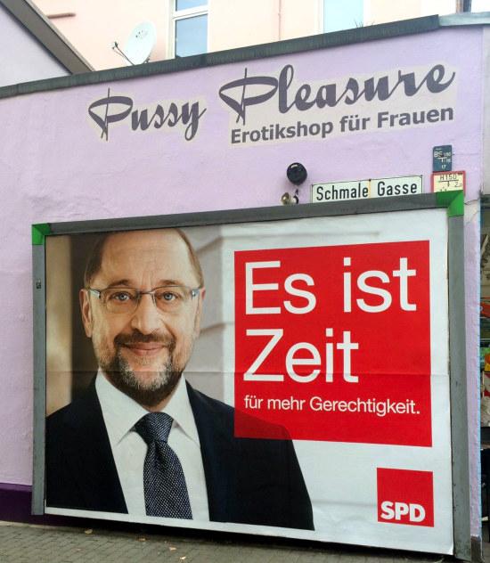 SPD-Werbeplakat zur Bundestageswahl mit Spitzenkandidat Martin Schulz: Es ist Zeit für mehr Gerechtigkeit, vor einem Geschäft 'Pussy Pleasure -- Erotikshop für Frauen'.