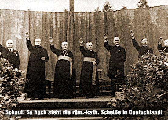 Historisches foto von pfaffen, bischöfen und kardinälen, die gemeinsam die rechte hand zum so genannten hitlergruß erhoben haben. Darunter der text: schaut, so hoch steht die röm-kath. scheiße in deutschland.