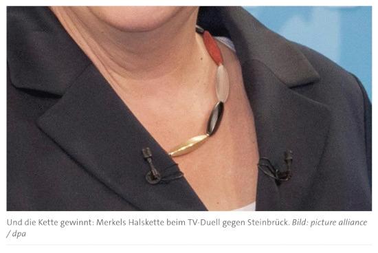 Und die Kette gewinnt: Merkels Halskette beim TV-Duell gegen Steinbrück. Bild: picture alliance / dpa